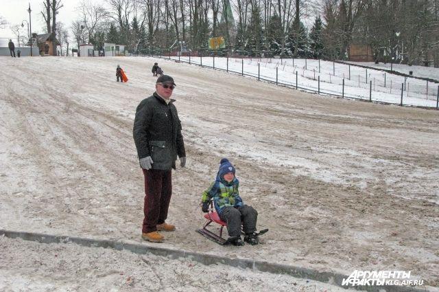 Бесплатную горку в Центральном парке Калининграда снова засыпали песком.