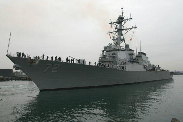 Эсминец США открыл предупредительный огонь всторону иранских катеров