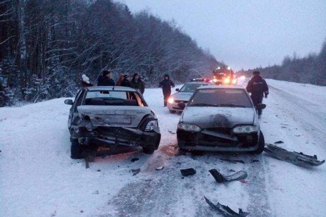Под Череповцом произошла крупная авария с грузовым автомобилем итремя легковушками