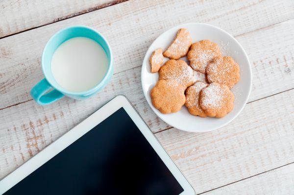 Теплое молоко. Желательно с пряностями: корица, мускатный орех, шафран… Стакан молока поможет очень быстро согреться, предотвратит простуду, а пряности добавят витаминов и разогреют организм.