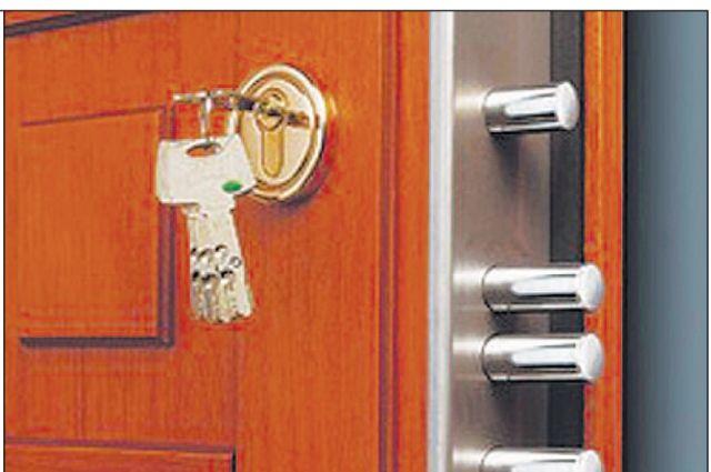 Женщина, проходя мимо по лестничной клетке полуоткрытой двери в квартиру, заглянула туда.