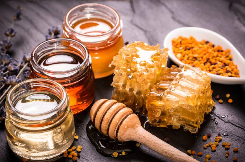 Мед. Действует на организм разогревающе. Поэтому в морозы – отличная вещь, еще и от простуды защитит. Единственное ограничение: мед нельзя есть прямо перед выходом на улицу, лучше после прогулки.