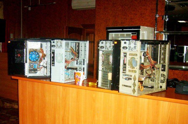 Правоохранители изъяли 8 мониторов, 8 системных компьютерных блоков.