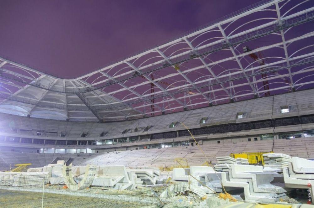 Кроме того, смонтирована треть системы медиафасада и завершается устройство нижнего слоя футбольного поля – бетонной плиты.