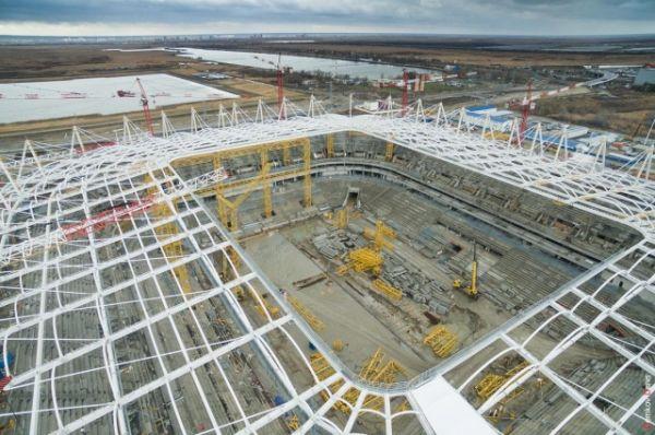 Тентовая полимерная мембрана установлена в угловых секциях кровли будущего стадиона.