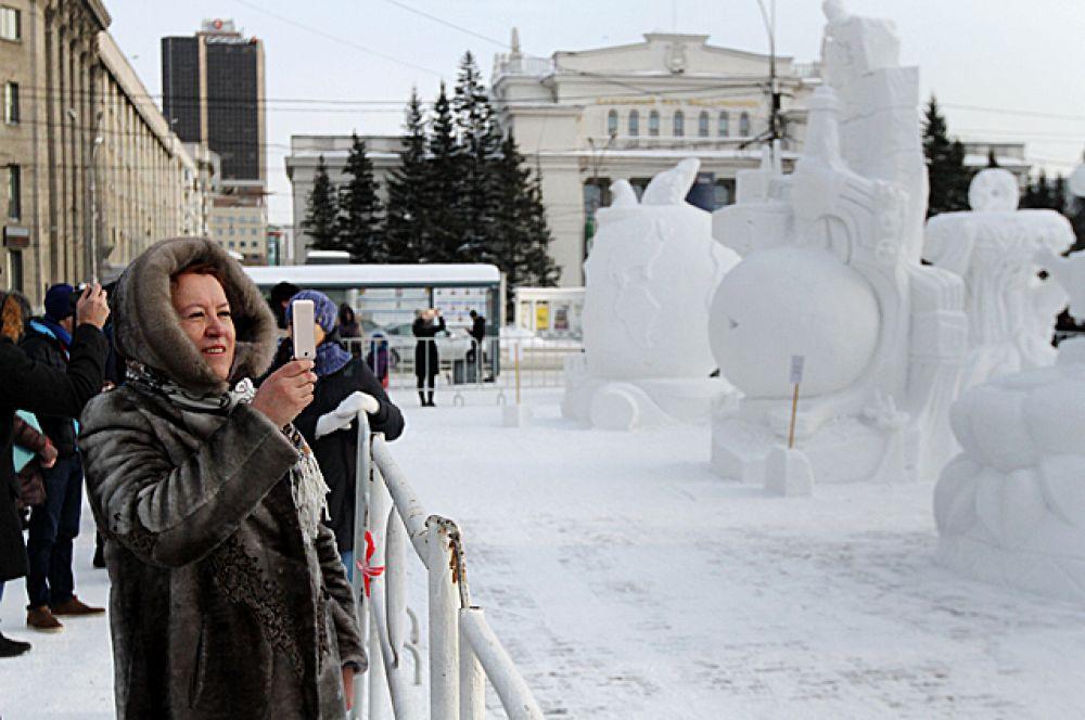 Новосибирцы с удовольствием пришли в Первомайский сквер, чтобы посмотреть на снежные творения