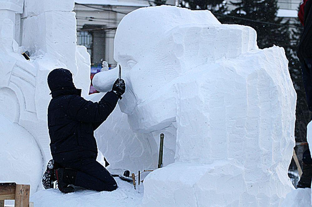Всего за четыре дня скульпторы должны были создать из трехметрового куска спресованного снега настоящий шедевр