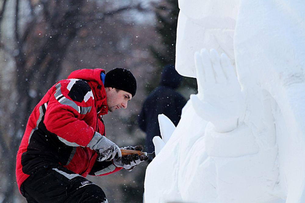 Погода в этом году была благосклонна к создателям скульптур. Как вспоминают организаторы, в 2016-м было очень тепло, и работы скульпторов буквально разваливались на глазах