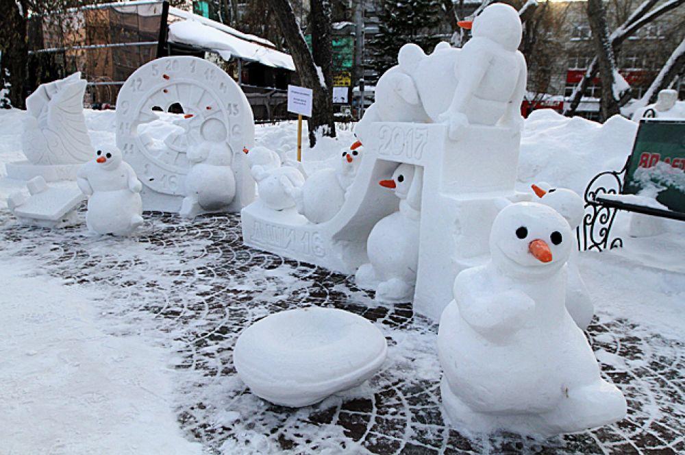 Но и дети отличились своими прекрасными работами. Например, этих снеговичков сделали подопечные Детской школы искусств №16 города Новосибирска. По правилам конкурса, при создании скульптур нельзя использовать краски, поэтому ребятам разрешили поставить снеговикам вместо носа настоящие морковки