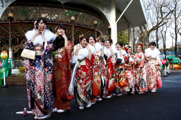 В настоящее время в Японии европейская одежда практически вытеснила традиционную из ежедневного обихода, поэтому купленное кимоно затем почти не используется. Во многих семьях оно передаётся по наследству.