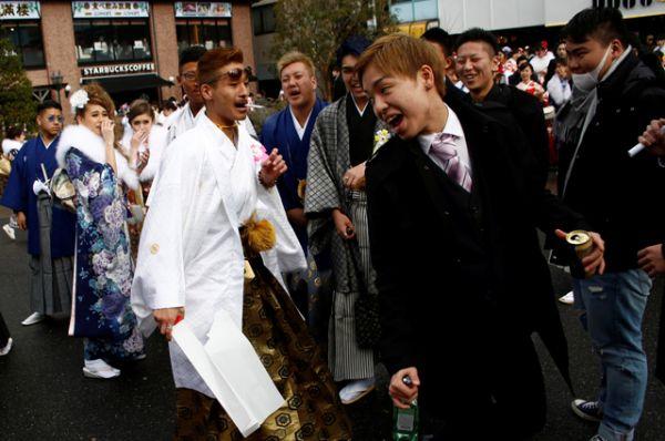 Юноши в этот день облачаются в европейский костюм, либо в традиционное мужское кимоно и жакет хаори.