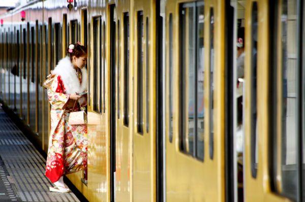Расходы на такой наряд сопоставимы с покупкой нового автомобиля, поэтому подготовку к празднику начинают за несколько лет или берут кимоно напрокат.