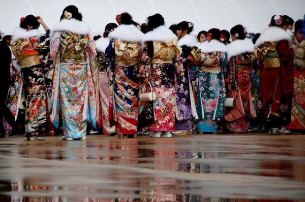 Девушки надевают дорогие зимние кимоно особого покроя с длинными рукавами — фурисодэ.