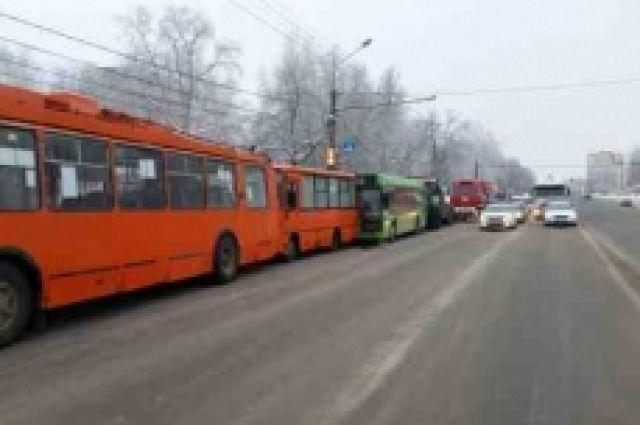 ВНижнем фура протаранила автобус, маршрутку итроллейбус: ранены шестеро