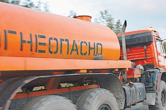 Около поселка Тлюстенхабль перевернулся бензовоз