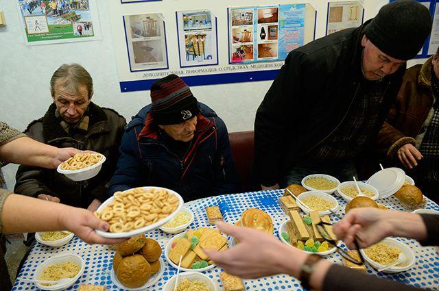 Бездомные люди получают горячее питание в центре социального обслуживания населения в Екатеринбурге.