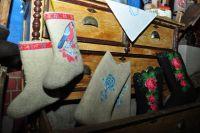 Современные валенки украшают вышивками, аппликацией, бисером и стразами.