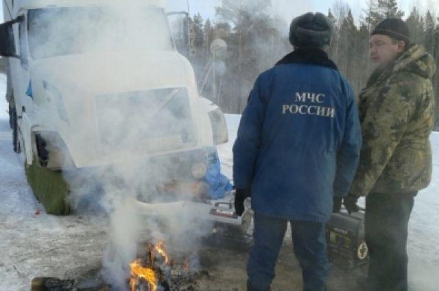 Сотрудники МЧС отогрели автомобиль, зарядили аккумуляторы, накормили водителя горячей едой.