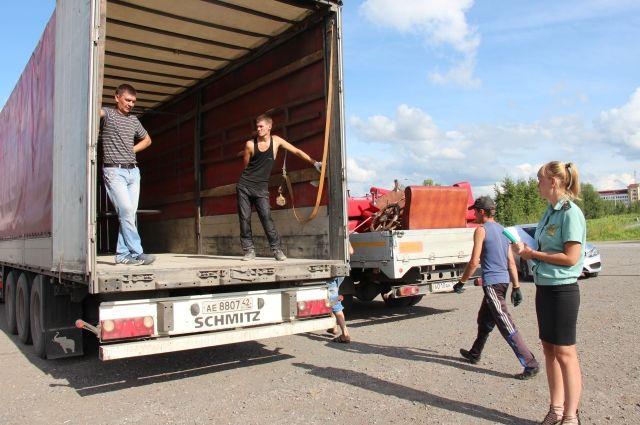 Иногда имущество должников арестовывают и вывозят грузовиками. Очевидцы шутят, что так приставы избавляют от барахла ушлых богачей, спрятавших деньги подальше.
