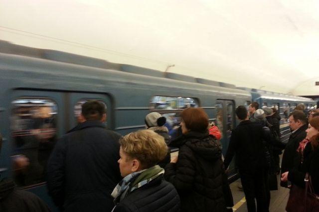Мужчина упал нарельсы настанции метро «Площадь Маркса»