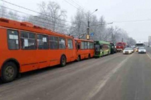 Массовое ДТП напроспекте Гагарина: столкнулись грузовой автомобиль, маршрутка, социальный автобус итроллейбус