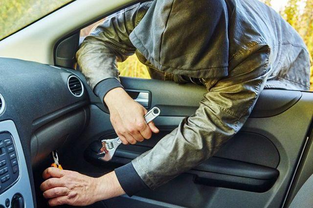 В Калининграде рецидивист попался на кражах из припаркованных автомобилей.