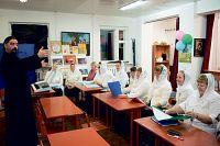В студии отца Романа занимается около 30 человек. Самому старшему участнику 76 лет, самому юному — 5.