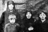 Чудом сохранилось фото Прасковьи Щёголевой, где она (на заднем плане) снята с семьёй своей сестры.