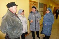 Наш читатель Виктор Пыхонин (на фото слева) и его коллеги, отдав производству годы, теперь выручают зарплату за три года.