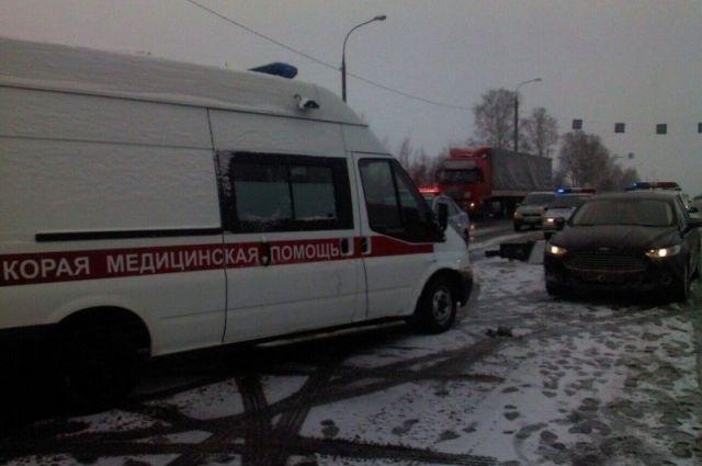 ВЧереповце отвалившийся у фургона  МАЗ борт рухнул напроезжавшую мимо иномарку