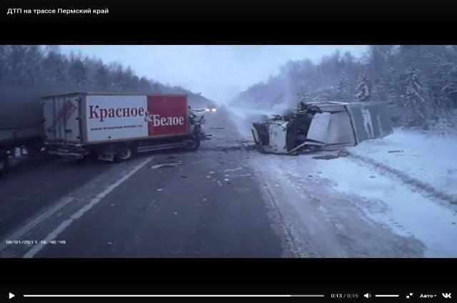 От двойного удара один из грузовиков опрокинулся на бок.