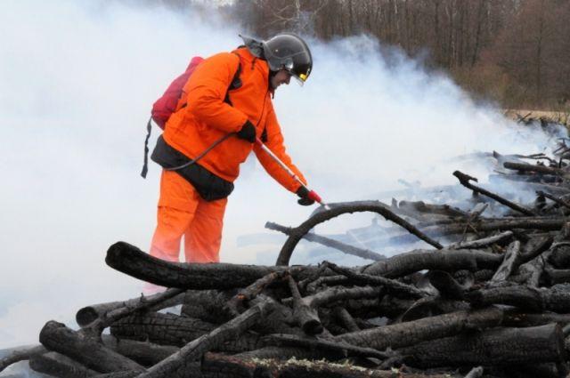 Под Калининградом горит склад рыбоконсервного комбината.