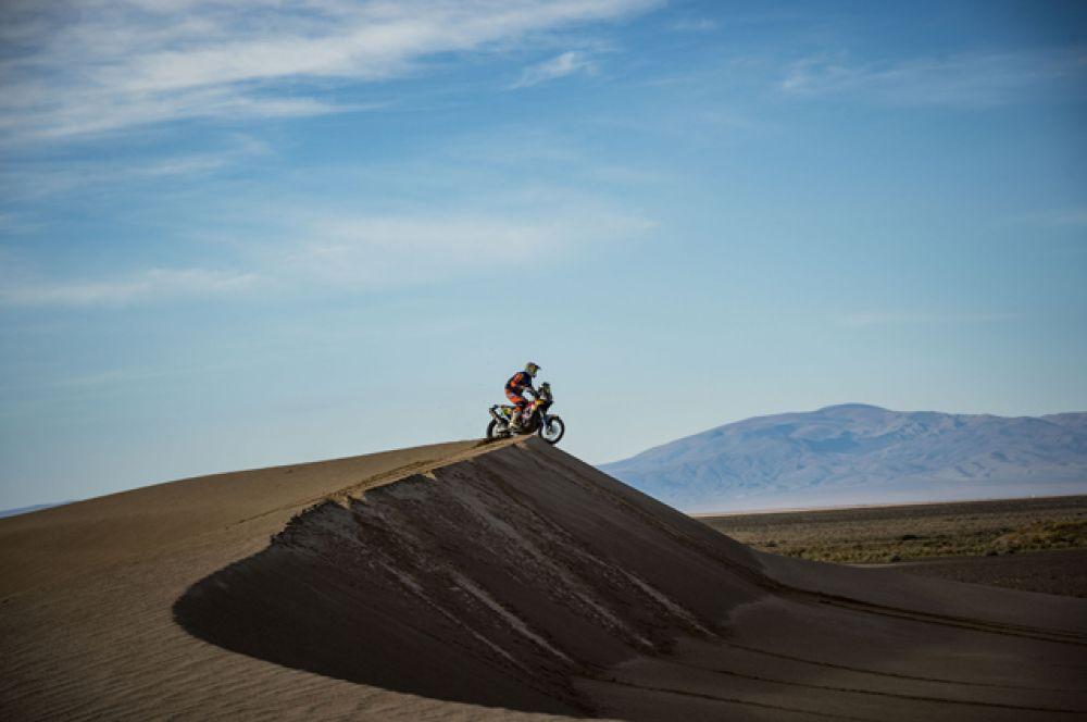 На четвертом этапе участники гонок пересекли границу Боливии. Этот день стал самым драматичным из всех: из-за перелома ноги соревнования досрочно покинул Тоби Прайс.