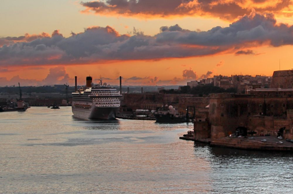 Лайнер «Коста Конкордия» за неделю до катастрофы в порту Валетты, Мальта.