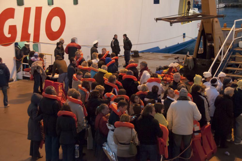 Около полутысячи оставшихся на борту человек поочерёдно сняли с заваливающегося лайнера спасательные катера и вертолёты.