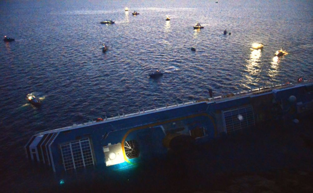 В повреждённых отсеках размещалась судовая энергетическая установка. В течение одной минуты жизненно-важные узлы и агрегаты оказались выведены из строя. На борту погас свет, неуправляемый лайнер двигался по инерции, удаляясь от берега.