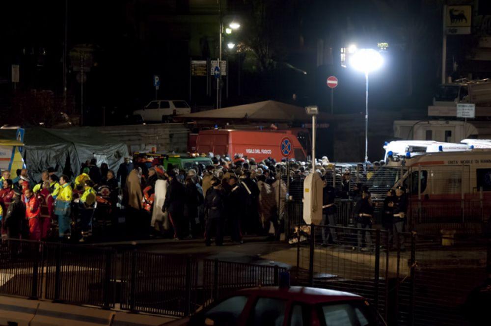 Спустя 5 часов после столкновения «Коста Конкордия» легла на правый борт. Эвакуация пассажиров продолжалась до раннего утра.