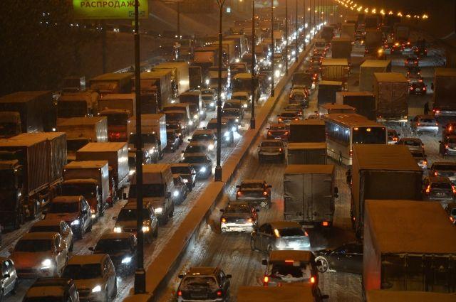Движение наюге МКАД затруднено из-за опрокинувшегося фургона