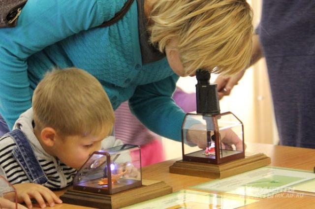 Миниатюры на выставке можно рассмотреть только под микроскопом.