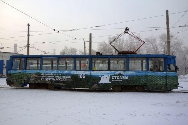 На маршруты № 5 и 7 вышли трамваи, украшенные баннерами с видами самых известных красноярских скал.