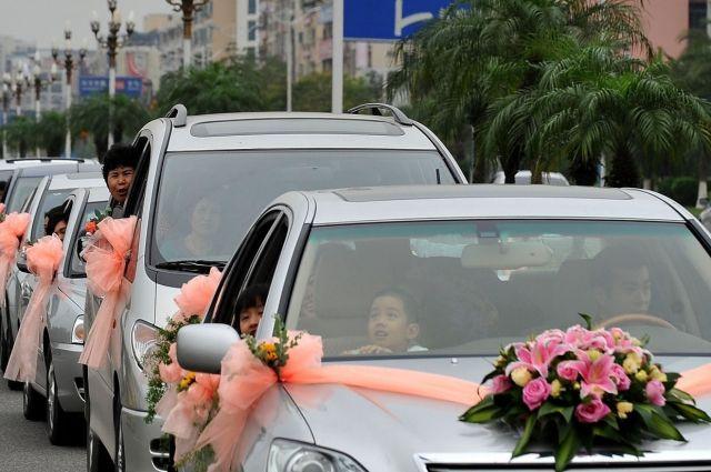 ВКрасноярске мужчина угнал свадебный автомобиль ипротаранил нанем три машины