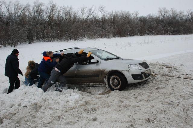 В мороз и гололедицу ухудшается сцепление шин с проезжей частью
