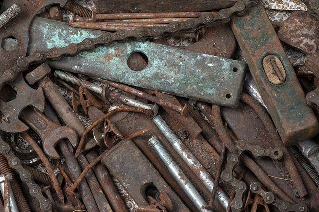 Металл был сложен во дворе частного дома.