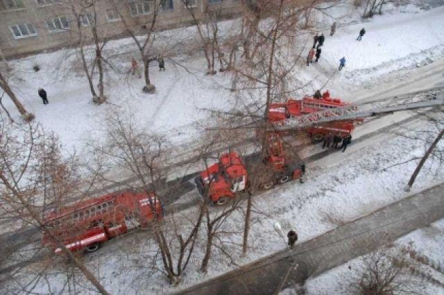 Пожарные вывели по лестничным пролётам 13 человек, среди них был один ребёнок.