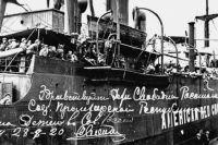 Чтобы перевезти такое большое количество детей, сухогруз переделали под пассажирское судно.
