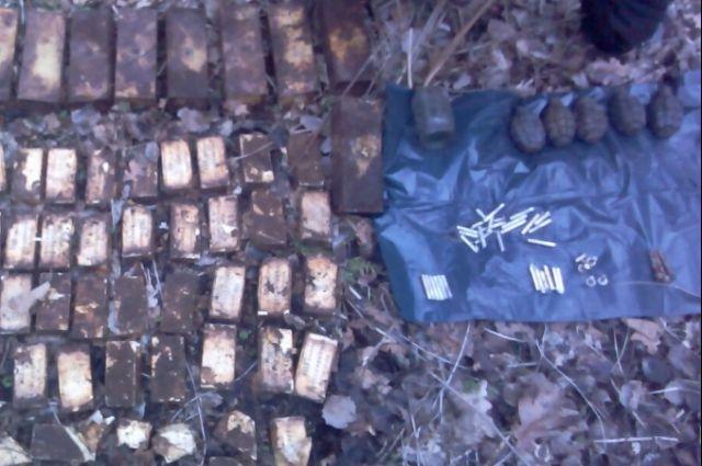 Под Зеленоградском рядом с жилыми домами обнаружен тайник с боеприпасами.