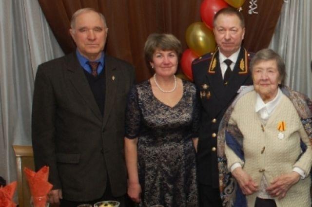 Ксения Редькова (справа)