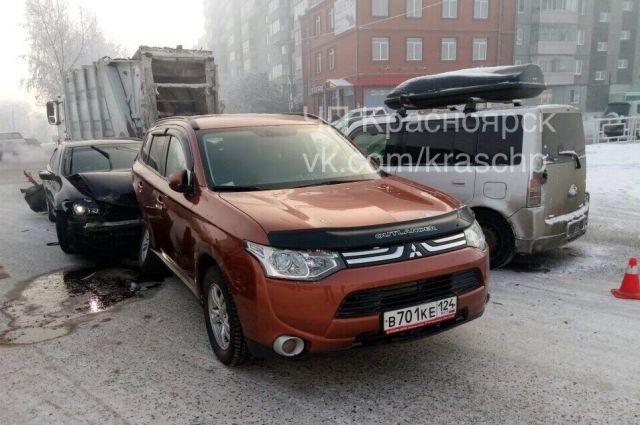 В каждой аварии пострадало по три машины.