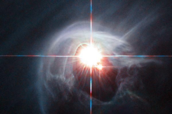 Эффект гало: две звезды светят через кольцо каскадный пыли в звездной системе Ди Ча.