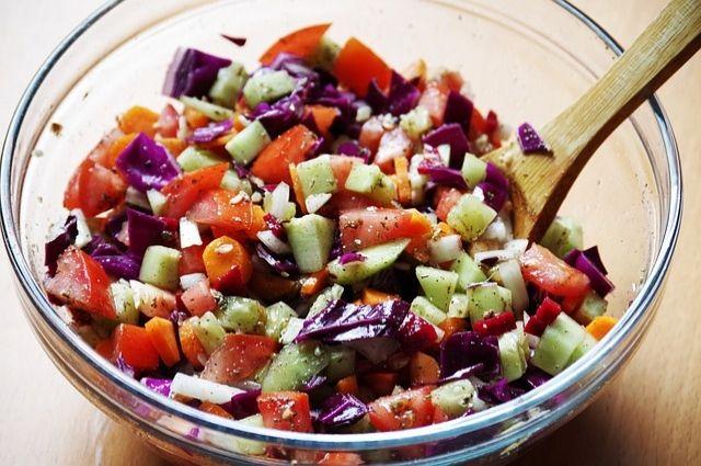 Разнообразные салаты - отличное решение, когда на подготовку праздничного стола совсем нет времени.